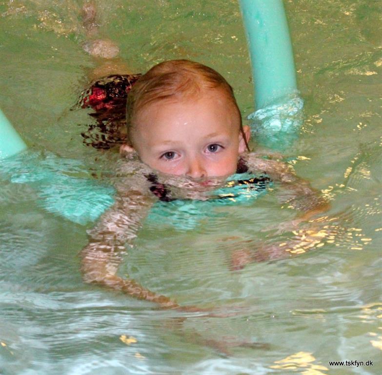 Svømmepige plask og leg